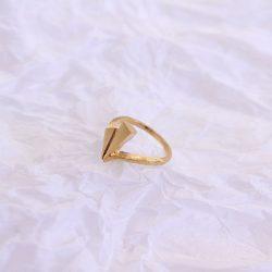Anillo triángulos bañado en oro