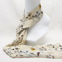 Pañuelo de gasa crema con flores