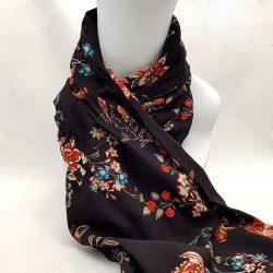 Pañuelo de viscosa negra con flores