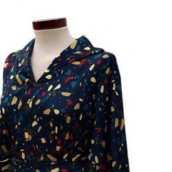 Vestido capa cuello con abertura azul petróleo motas