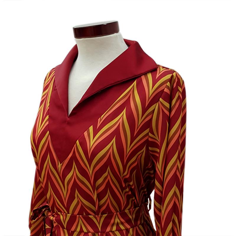 Vestido capa cuello con abertura zig zag burdeos