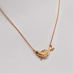 Colgante carpa de plata bañada en oro