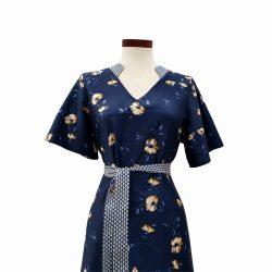 Vestido recto cuello pico viscosa azul flores